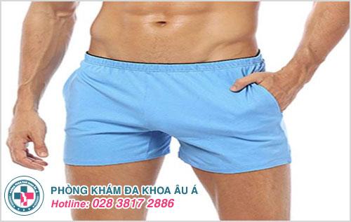 Mặc quần lót rộng rãi sẽ giúp hạn chế va chạm vết thương ở dương vật sau khi cắt bao quy đầu