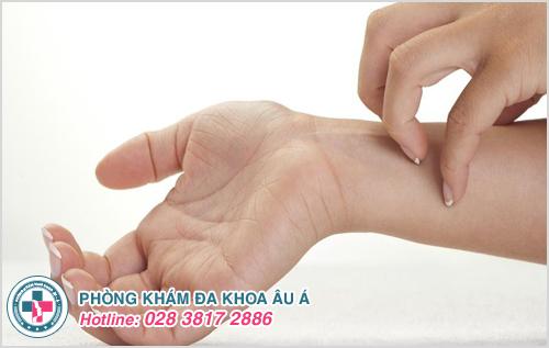 Người bị sẩn ngứa nếu chà xát hoặc gãi sẽ khiến bệnh nặng hơn