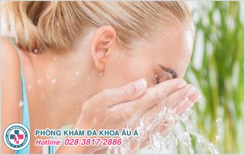 Dùng nước sạch để rửa mặt và duy trì độ ẩm cho da