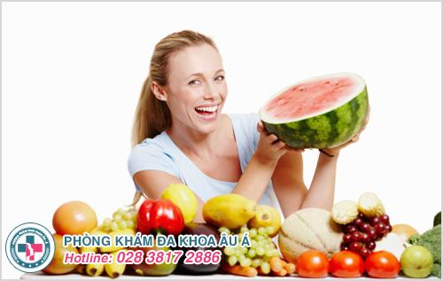 Ăn nhiều rau xanh và hoa quả tươi hàng ngày luôn được khuyến khích khi bị rong kinh