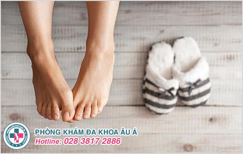 Mang các loại giày thoáng mát cũng giảm nguy cơ bị tróc da ở bàn chân