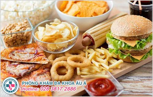 Gà rán, hamburger, pizza,… chứa nhiều chất béo không lành mạnh có ảnh hưởng xấu đến người bệnh