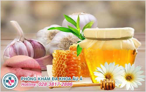 Chữa zona ở môi bằng tỏi và mật ong sẽ giảm rõ rệt các triệu chứng của bệnh