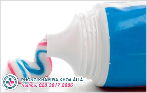 Trong kem đánh răng có rất nhiều chất làm dịu vết sưng tấy do mụn gây ra