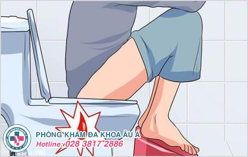 Chảy máu hậu môn khi đang đi tiểu là triệu chứng bệnh gì?