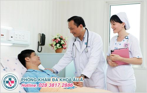 Bác sĩ tận tình thăm hỏi tình hình bệnh nhân sau điều trị