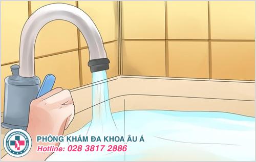 Nổi mề đay nên tắm bằng nước sạch, nước ấm