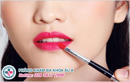 Bệnh chàm môi xảy ra phần lớn ở các chị em phụ nữ do sử dụng son, mỹ phẩm