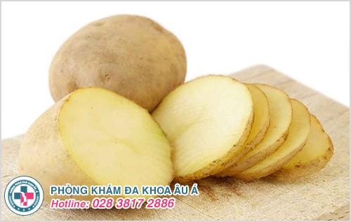 Trong khoai tây có chứa các chất oxy hóa mạnh giúp diệt khuẩn, khử mùi hôi hiệu quả