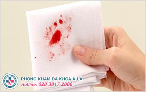 Tự nhiên chảy máu hậu môn là dấu hiệu bệnh gì?
